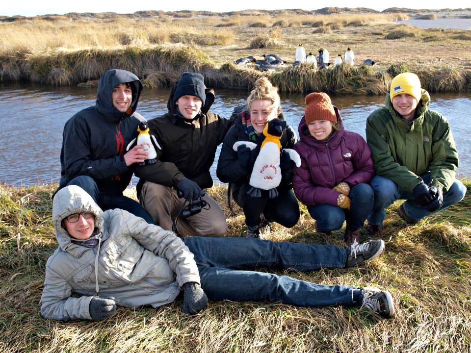 Шестима доброволци и пингвинът Душан